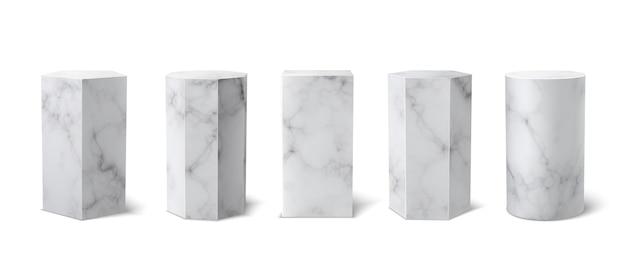 Klassiek realistisch wit marmeren 3d podiummuseum dat op witte achtergrond wordt geplaatst. leeg podium, sokkel voor productpresentatie. vector lege voetstuk set. 3d-vormen. marmeren textuur.