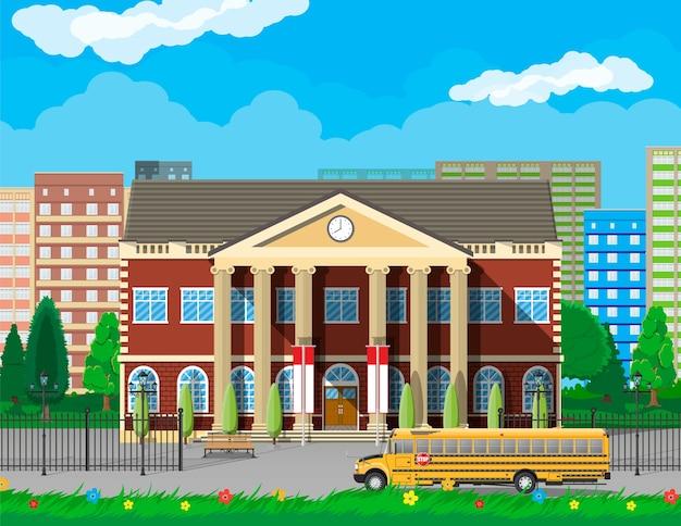 Klassiek schoolgebouw en stadsgezicht.