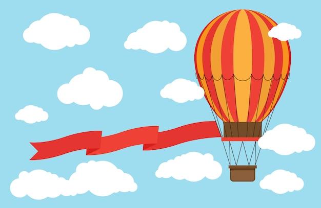 Klassieke hete luchtballon met rood lint dat van hemel en wolken vliegt