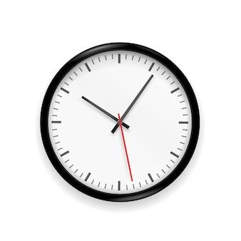 Klassieke klok die op witte achtergrond wordt geïsoleerd