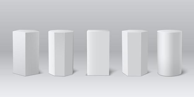 Klassieke realistische witte 3d-podiummuseumset. leeg podium, sokkel voor productpresentatie. vector lege voetstuk set. 3d-vormen.