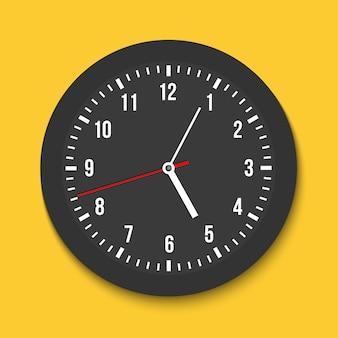 Klassieke wandkantoorklok, tijd, met de klok mee.