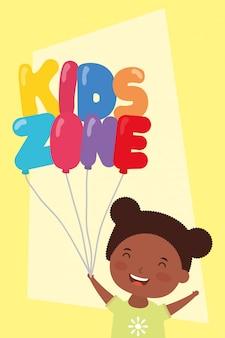 Klein afro meisje met kinderen zone ballonnen helium