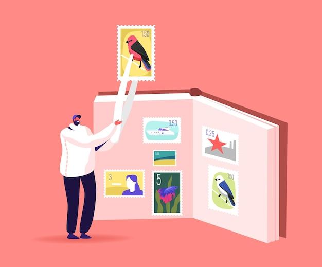 Klein filatelist mannelijk personage met enorme stempel in pincet in de buurt van album met verzameling