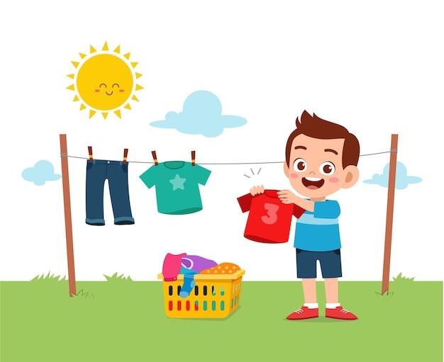 Klein kind dat helpt om klusjes te doen en de kleren buiten te drogen