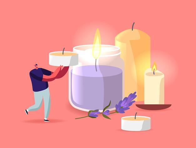 Klein mannelijk personage draagt kaars in de buurt van enorme kandelaars van keramiek en glas met brandende kaarsen