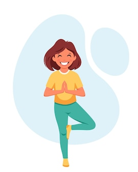 Klein meisje doet yoga gymnastische yoga en meditatie voor kinderen
