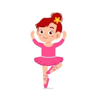 Klein meisje draagt mooi ballerinakostuum en dans