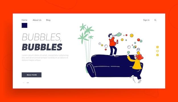Klein meisje en jongen blazen zeepbellen en springen op de bank maken van puinhoop in de sjabloon van de bestemmingspagina van de kamer.
