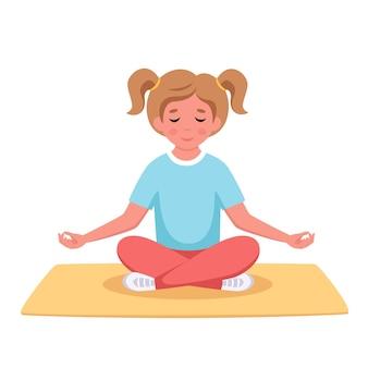 Klein meisje mediteert in lotushouding gymnastiekmeditatie voor kinderen