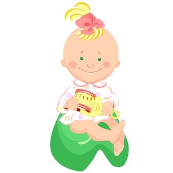 Klein meisje met een rammelaar in zijn hand glimlachend zittend op het potje