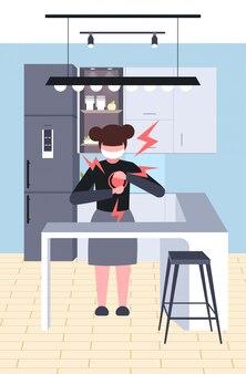 Klein meisje met hartaanval coronavirus infectie symptomen epidemie mers-cov virus wuhan 2019-ncov keuken interieur volledige lengte verticaal