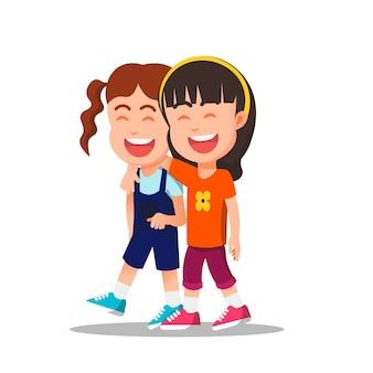 Klein meisje omhelst haar vriend terwijl ze samen loopt