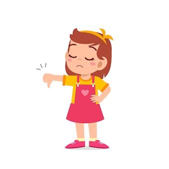 Klein meisje toont onenigheid met duim omlaag gebaar