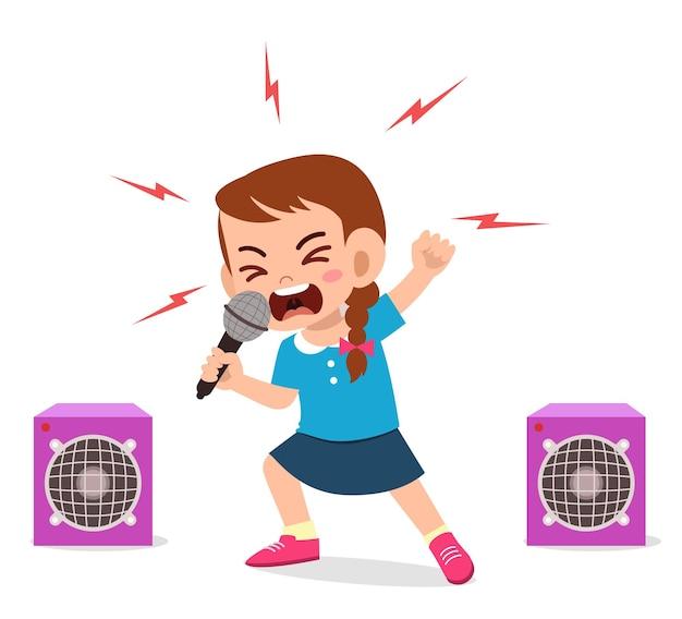 Klein meisje zingt een lied op het podium en schreeuwt