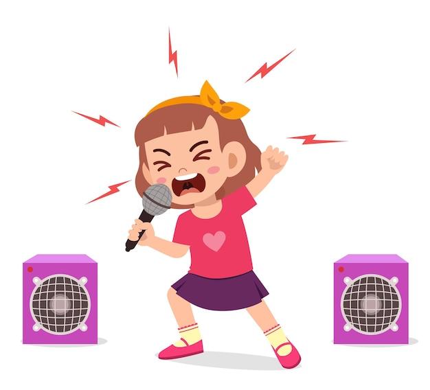 Klein meisje zingt een liedje op het podium en schreeuwt