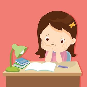 Klein schattig meisje verveeld met huiswerk