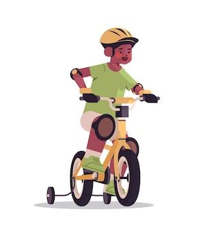 Kleine afro-amerikaanse jongen in helm rijden fiets concept kindertijd volledige lengte geïsoleerde verticale vector illustratie