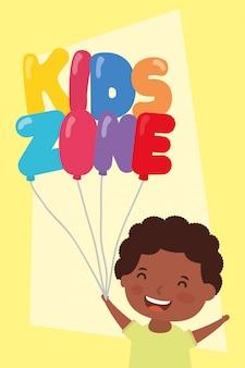 Kleine afro jongen met kinderen zone ballonnen helium