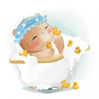 Kleine beer in badkuip met kleine eenden