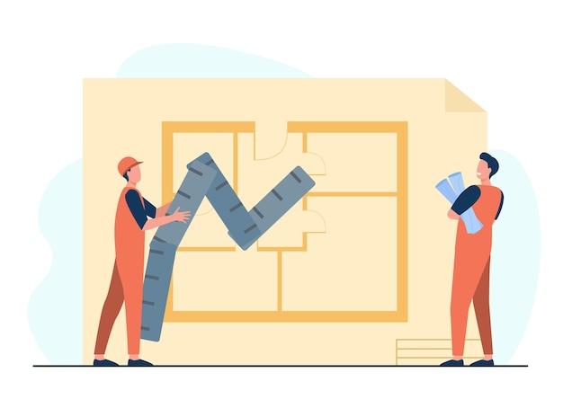 Kleine bouwers die het ontwerp van een appartement bestuderen
