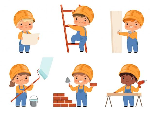Kleine bouwers. kinderbouwkinderen maken wat werk in karakters van gele helmbouwers