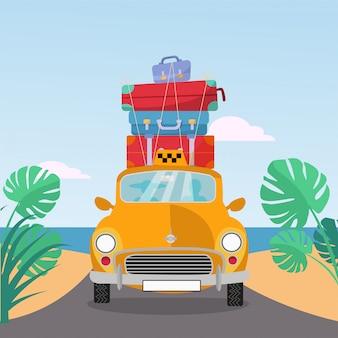 Kleine gele retro taxi rijdt naar zee met stapel koffers op het dak. flat cartoon afbeelding. auto vooraanzicht met stapel bagage. zuidelijk landschap met zand. taxi transfer op vakantie