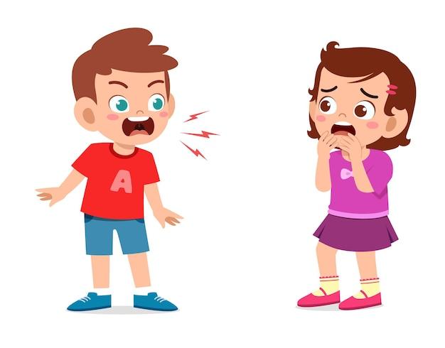Kleine jongen boos en schreeuw naar klein meisje