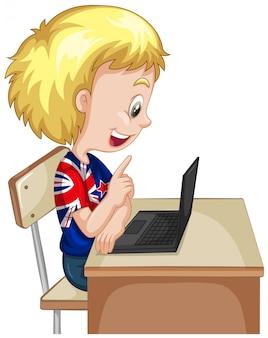 Kleine jongen die op computer laptop werkt