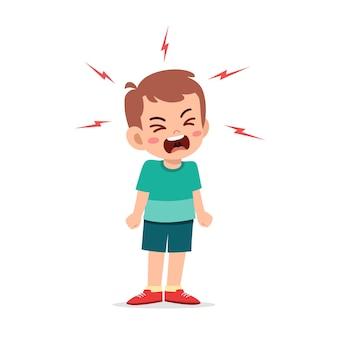 Kleine jongen driftbui en schreeuw heel hard