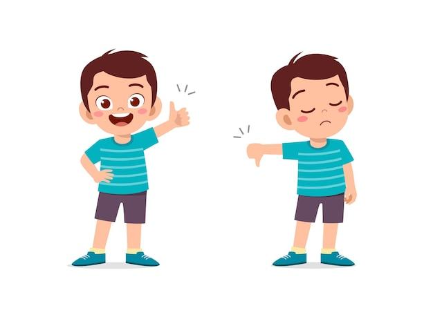 Kleine jongen handgebaar duim omhoog en duim omlaag tonen