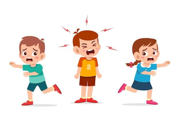Kleine jongen huilt en schreeuwt zo hard en laat zijn vriend rennen