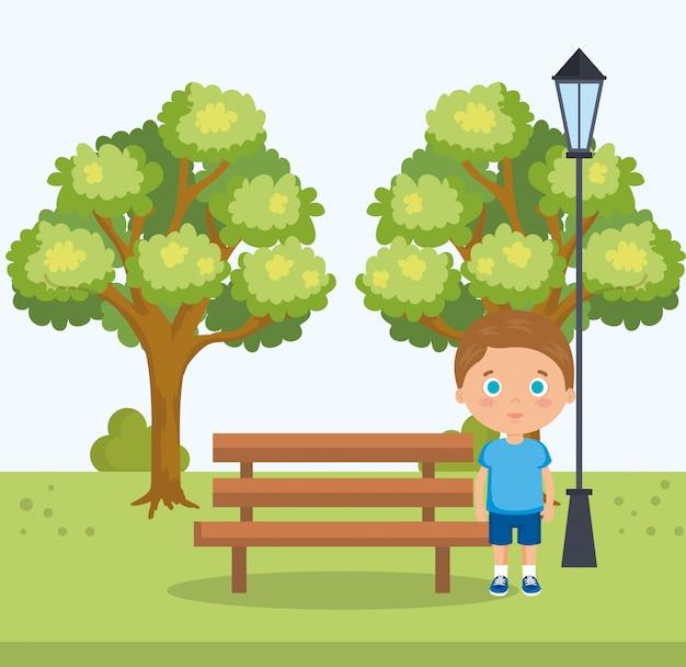 Kleine jongen in het parkkarakter
