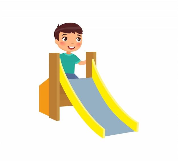 Kleine jongen klimt een glijbaan voor kinderen. blij kind; zomervakantie. concept van vakantie en entertainment op de speelplaats. stripfiguur. vlakke afbeelding.