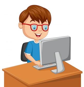 Kleine jongen met personal computer