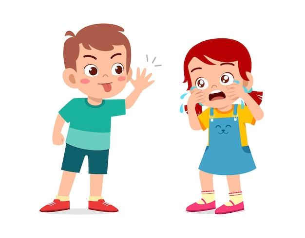 Kleine jongen pesten klein meisje totdat ze huilt