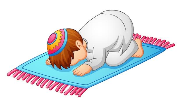 Kleine jongen prostratie voor het bidden van moslims
