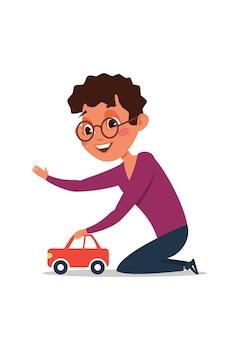 Kleine jongen speelt met speelgoedauto