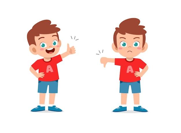 Kleine jongen toont handgebaar duim omhoog en duim omlaag