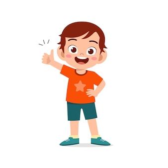 Kleine jongen toont overeenkomst met duim omhoog handgebaar