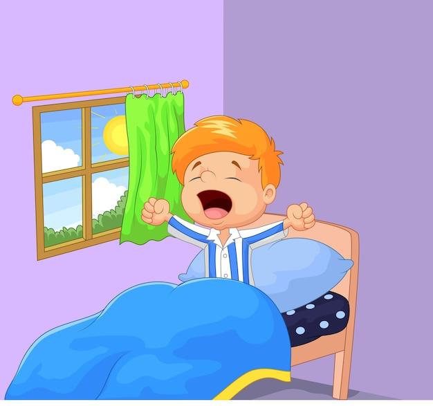 Kleine jongen werd wakker en gaapt