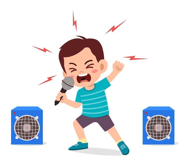 Kleine jongen zingt een lied op het podium en schreeuwt