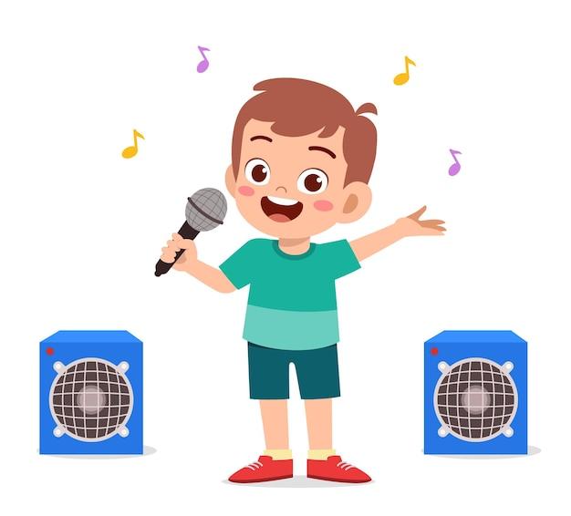 Kleine jongen zingt een prachtig lied op het podium