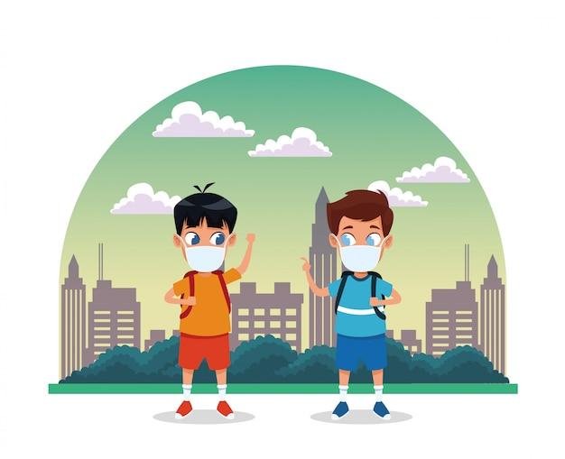 Kleine jongens gebruiken gezichtsmaskers voor covid19 op de stad