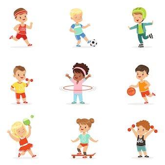 Kleine kinderen die sportieve spellen spelen en genieten van verschillende sportoefeningen buitenshuis en in de sportschool set van cartoonillustraties
