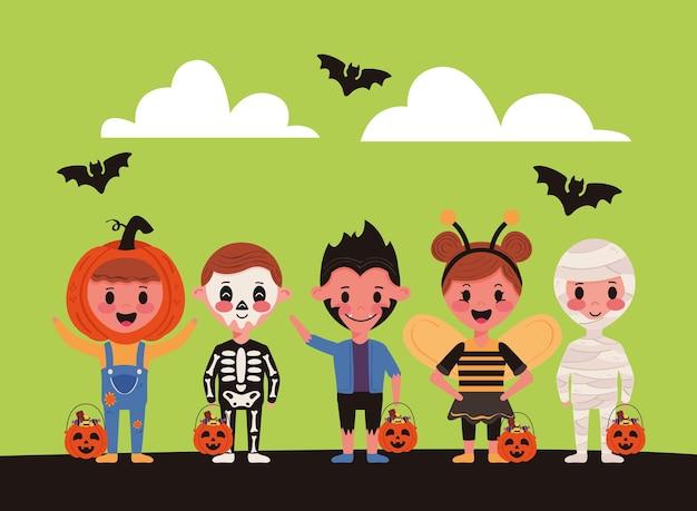 Kleine kinderen met halloween-kostuumspersonages en vleermuizen vliegen