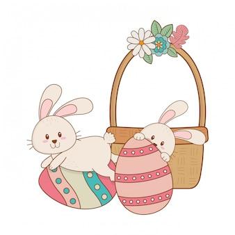 Kleine konijnen met ei geschilderd in mandje pasen karakter
