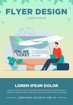 Kleine man online kaartje kopen via laptop. monitor, vliegtuig, bagage platte vectorillustratie. reizen en digitale technologie concept
