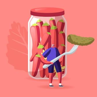 Kleine mannelijke karakter houden enorme augurk op vork staan op glazen pot met gemarineerde rode chilipepers. cartoon afbeelding