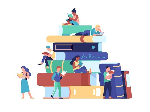 Kleine mensen lezen boeken. grote stapel literatuur en kleine lezers in de buurt, campusbibliotheek, studenten die zich voorbereiden op examens en vectorconcept lezen